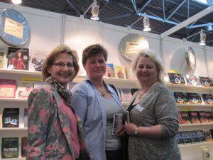 Drei Autorinnen am Stand